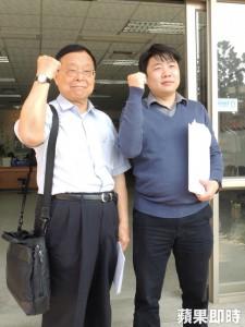 台灣工黨立委候選人陳德輝(右)在黨主席謝正一(左)陪同下,今往金門縣選委會登記